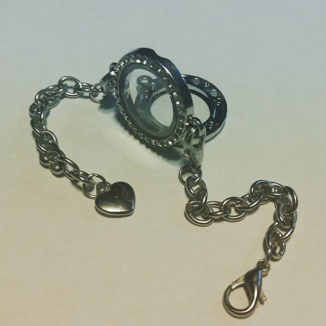 Seltsames Armband. Behälter mit Magnetverschluss verziert mit Strasssteinchen.